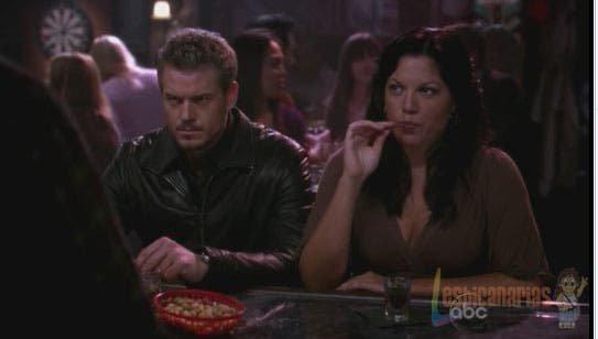 Callie y Mark en la barra del bar
