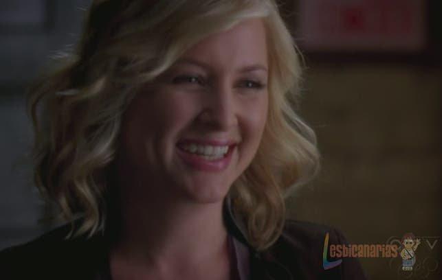 Arizona Robbins sonriendo