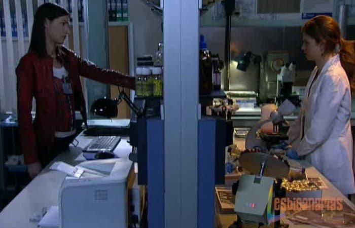 Pepa y Silvia en el laboratorio
