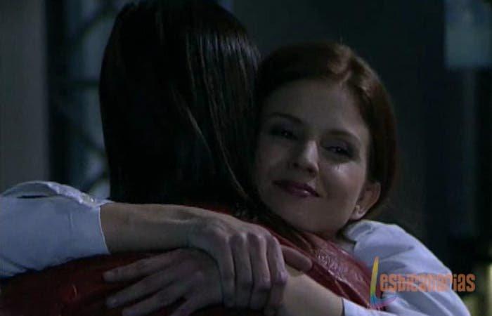 Pepa y Silvia abrazándose