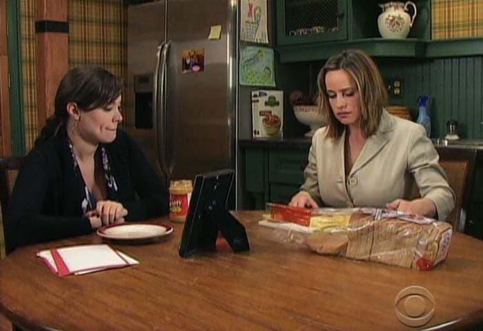 Olivia y Natalia haciendo sandwiches