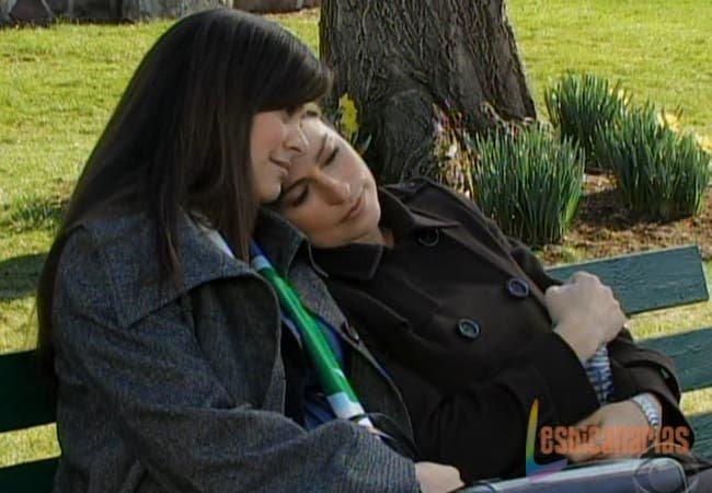 Olivia y Natalia descansando en el parque