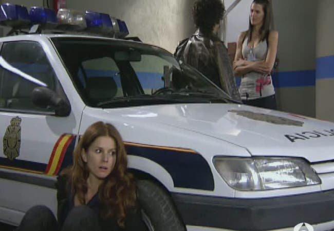 Silvia y Pepa escondiéndose