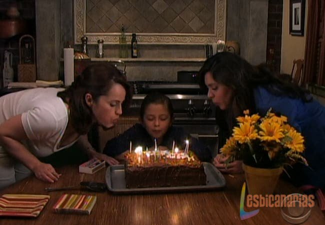 Olivia, Natalia y Emma soplando las velas