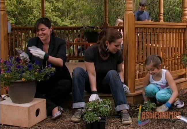 Olivia, Natalia y Emma plantando
