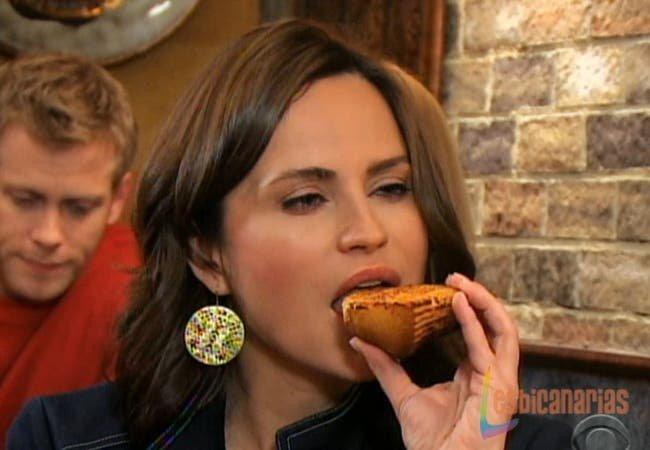 Olivia comiéndose un Muffin