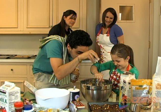 Oliva, Natalia, Emma y Rafe haciendo galletas