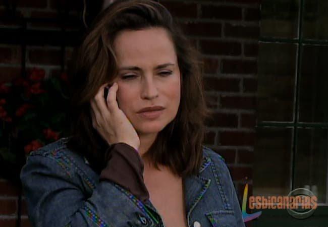 Olivia Spencer al teléfono