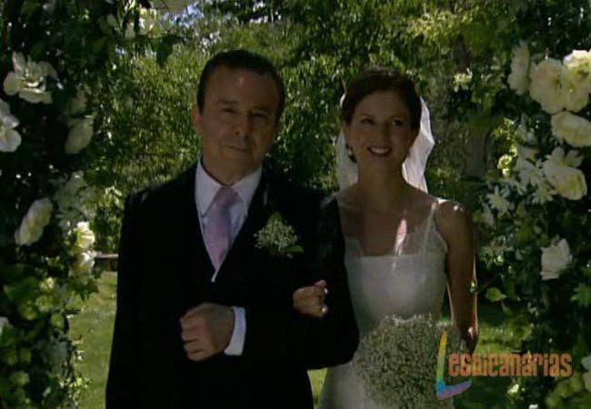 Silvia y Don Lorenzo entrando en la boda