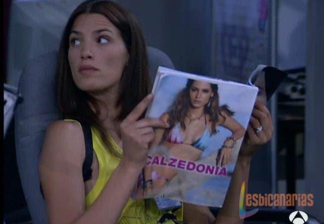 Pepa leyendo una revista