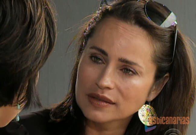 Olivia hablando con Ava