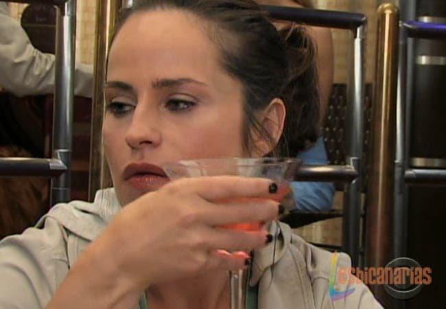 Olivia Spencer bebiendo