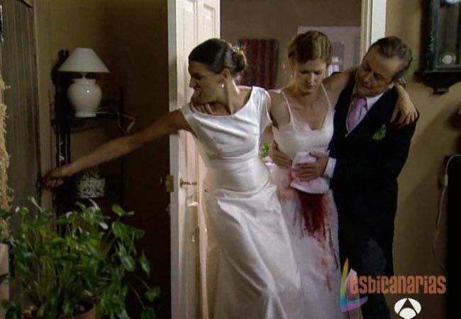 Pepa ayudando a Silvia herida