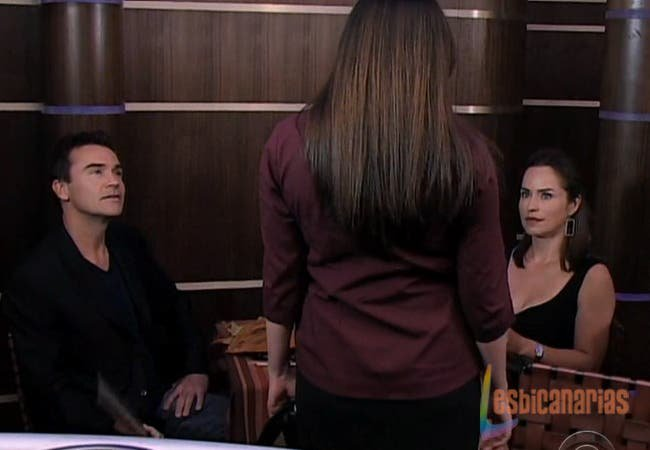 Natalia interrumpe la cena de Olivia