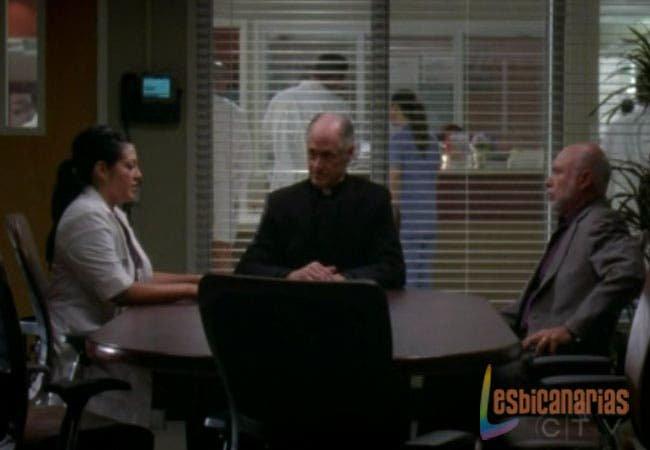Callie sentada hablando con su padre