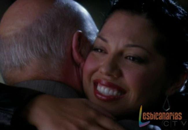 Callie y su padre abrazados