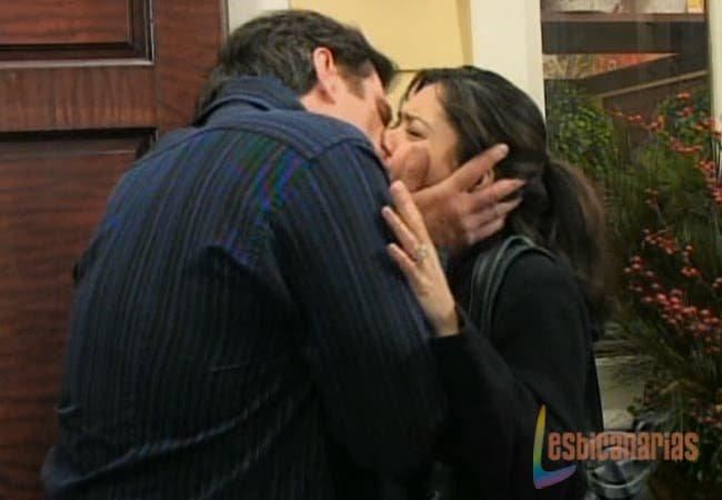 Frank besando a Natalia