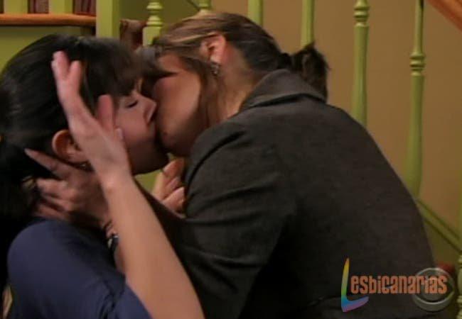 Otalia besándose