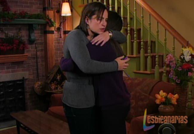 Olivia y Natalia abrazadas
