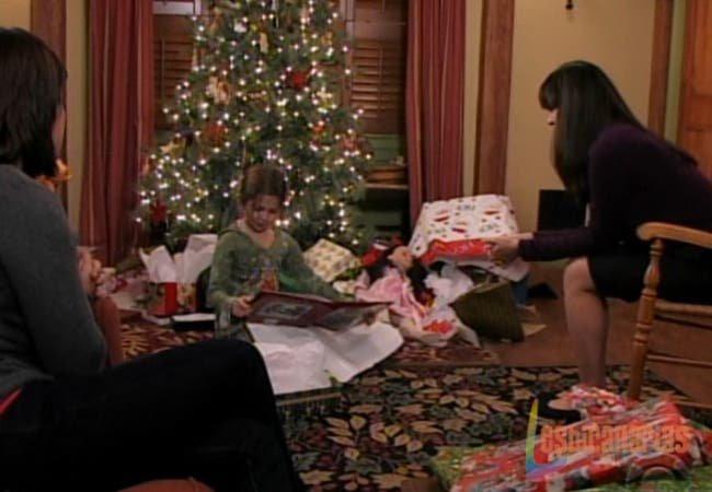 Olivia, Natalia y Emma  abriendo regalos