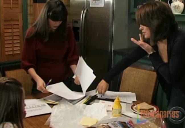 Olivia y Natalia ayudando a Emma