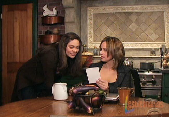 Olivia y Natalia mirando fotos