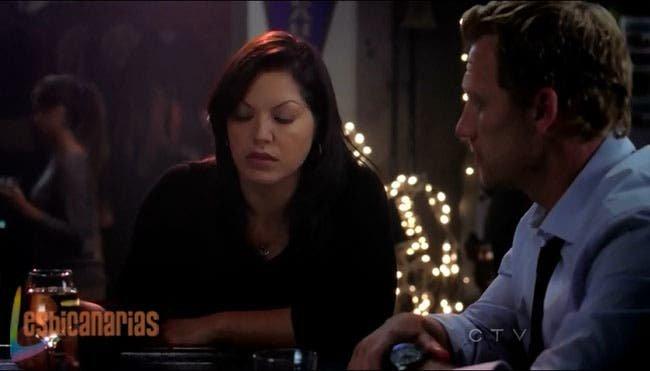 Callie bebiendo en el bar con Owen