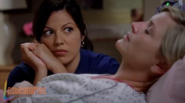 Callie esperando a que Arizona se despierte