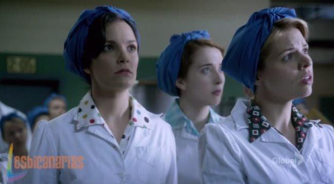 Betty, Kate y Gladys oyendo las noticias