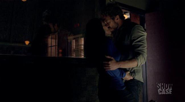 Bo y Dyson besándose