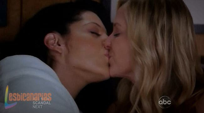 Callie y Arizona besándose