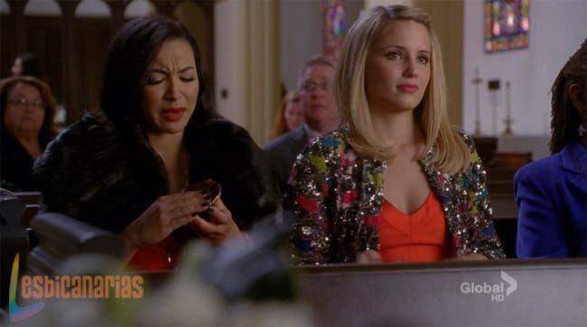 Quinn y Santana platicando en la iglesia