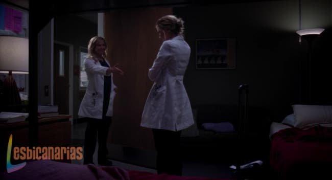 Arizona ofreciéndole su mano a Lauren