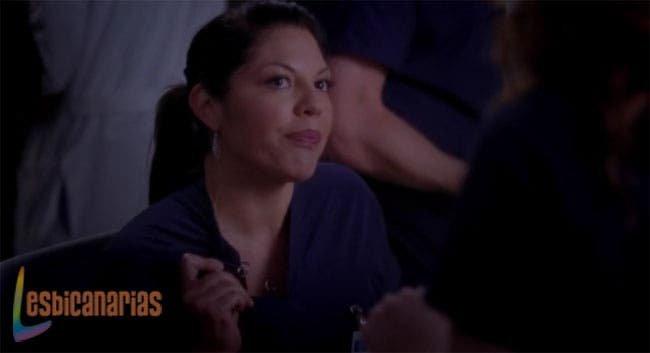 Callie mostrando su anillo