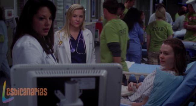 Callie y Arizona hablando con la paciente.
