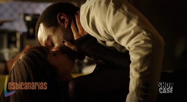 Hale besando a Kenzi