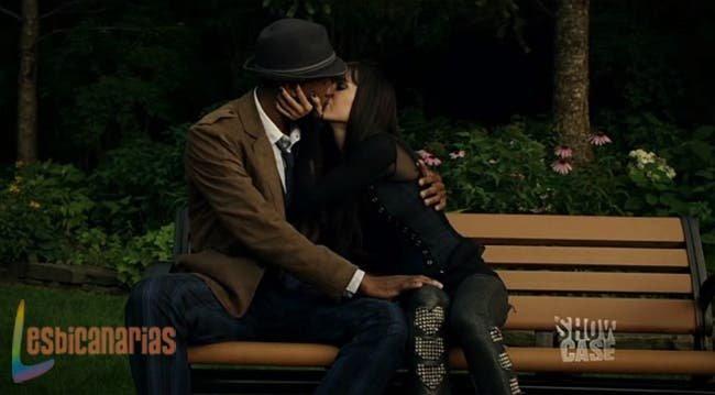 Kenzi besando a Hale