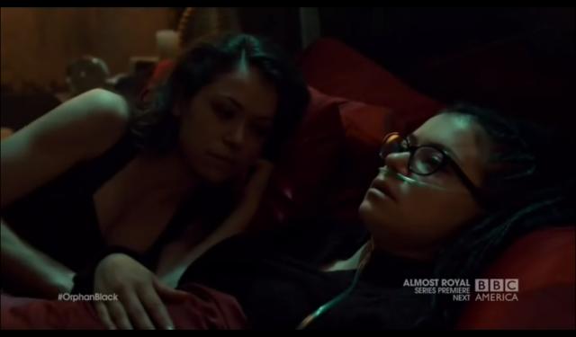 cosima y sarah hablan en la cama