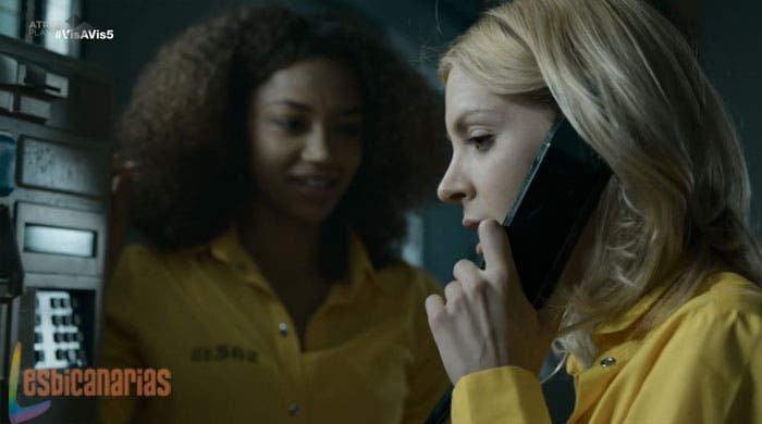 Maca y Rizos hablando por teléfono
