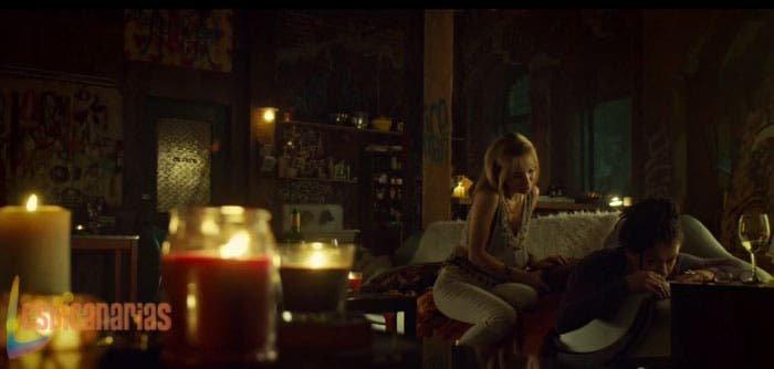 Shay le hace un masaje a Cosima