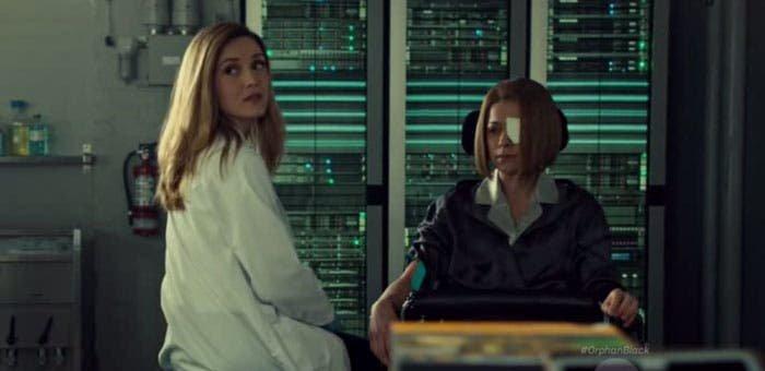 Delphine hablando con Rachel