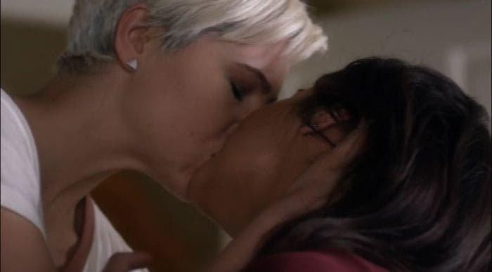 Emily y Sara se besan