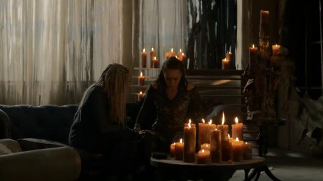 """Clarke me está tocando la pierna, LA PIERNA. Ok, relálate Lexa, respira y di algo"""