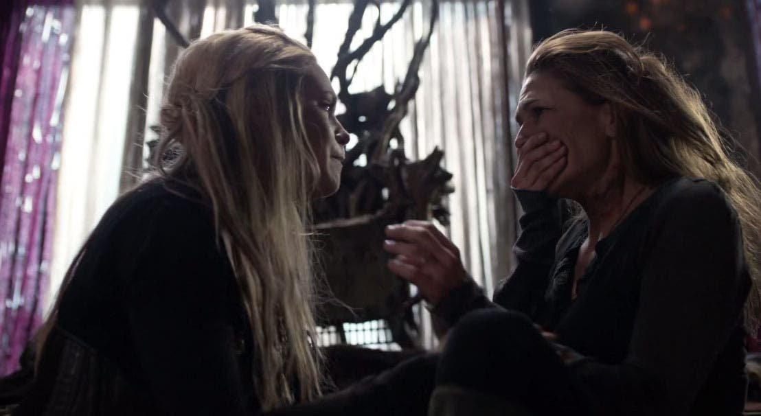 Clarke hablando con Abby