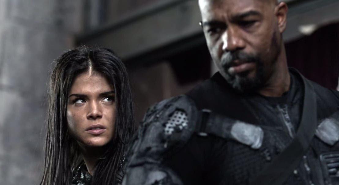 Octavia mirando a Pike