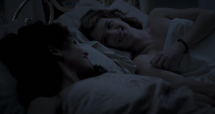 Yorkie y Kelly en la cama