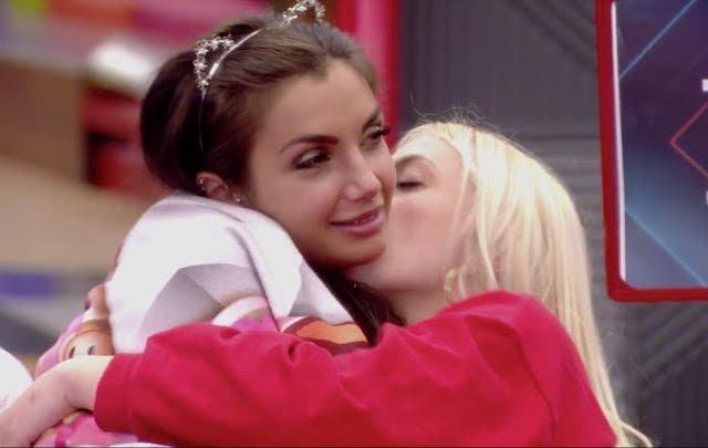 Daniela y Elettra besos