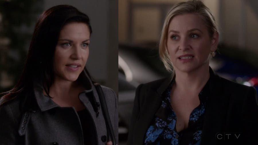 Eliza y Arizona en el estacionamiento