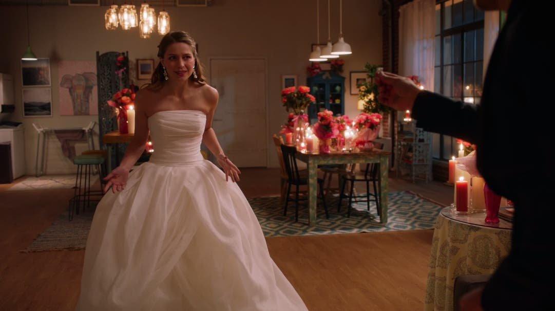 Kara vestidad de novia en Supergirl