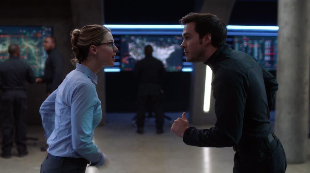 Mon-El y Kara discutiendo
